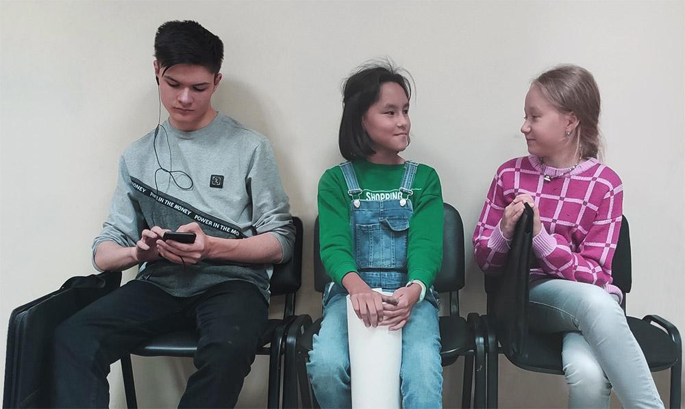Трое учеников отдыхают на перемене